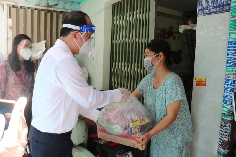 Phó Bí thư Nguyễn Hồ Hải thăm người dân trong khu phong toả ở Bình Thạnh - ảnh 2