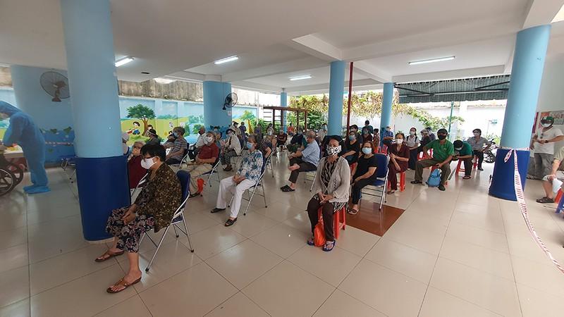 Quận Phú Nhuận hoàn thành cơ bản tiêm vaccine cho người trên 65 tuổi - ảnh 1
