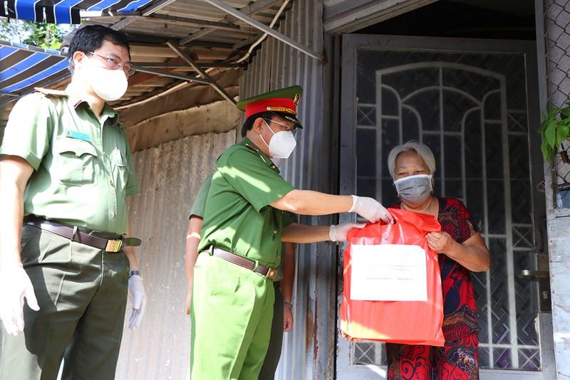 Công an Bình Thạnh trao 2.000 phần quà cho người gặp khó do dịch - ảnh 3