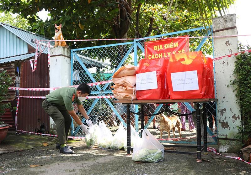 Công an Bình Thạnh trao 2.000 phần quà cho người gặp khó do dịch - ảnh 1