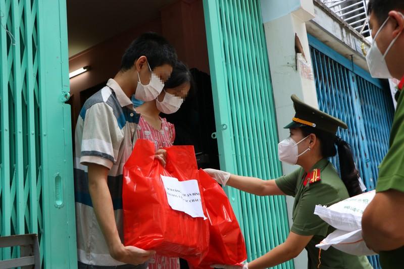Công an Bình Thạnh tặng quà cho trẻ em mồ côi do COVID-19 - ảnh 1