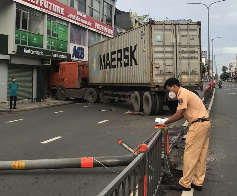Container tông dải phân cách, lao vào 1 chi nhánh ngân hàng ở Phú Nhuận - ảnh 2