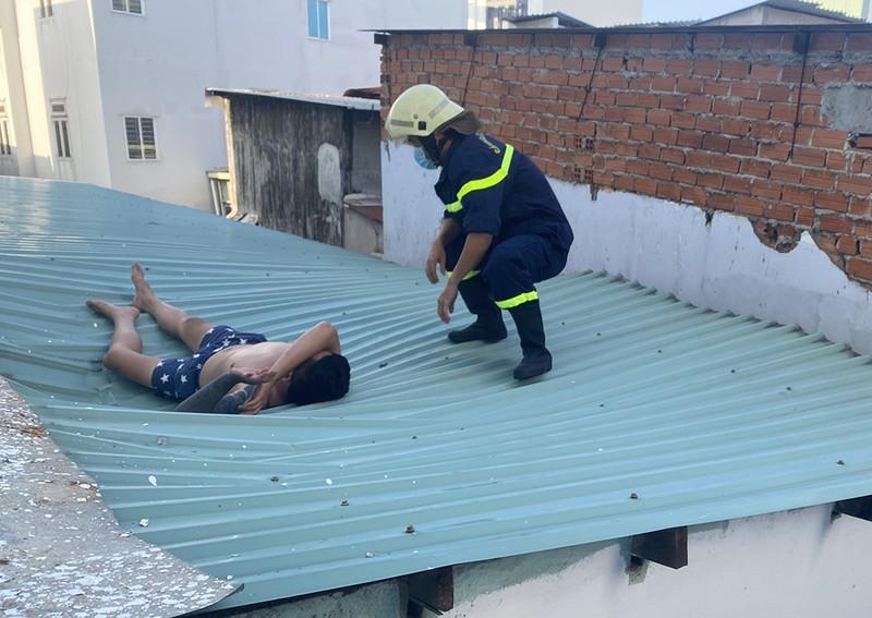 Người đàn ông nhảy từ lầu 4, may mắn rơi trúng mái tôn - ảnh 1