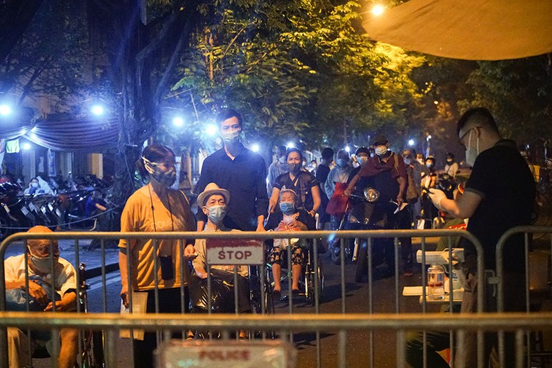 Cách ly tập trung trong đêm cả ngàn F1 ở chùm lây nhiễm Bệnh viện Việt Đức - ảnh 1