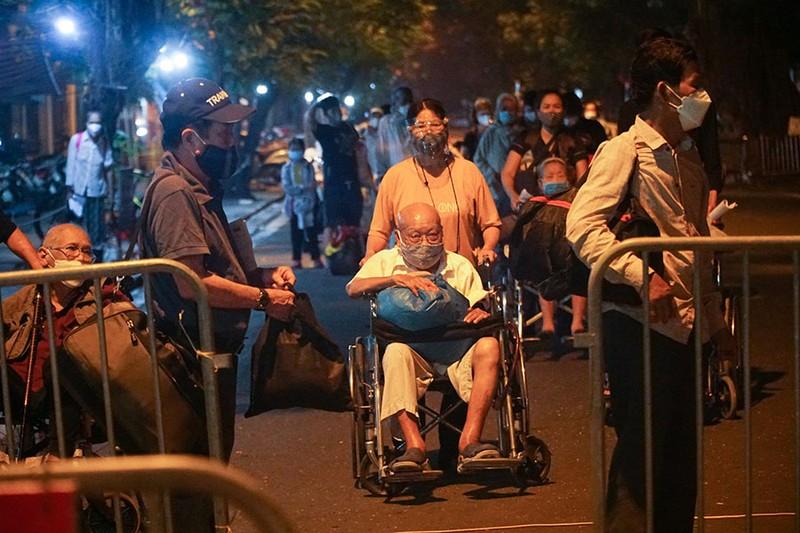 Cách ly tập trung trong đêm cả ngàn F1 ở chùm lây nhiễm Bệnh viện Việt Đức - ảnh 2