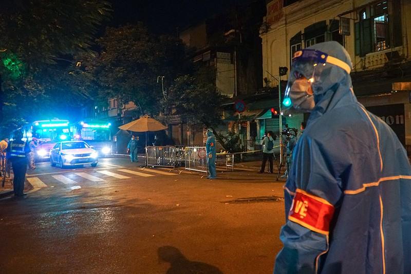 Cách ly tập trung trong đêm cả ngàn F1 ở chùm lây nhiễm Bệnh viện Việt Đức - ảnh 8