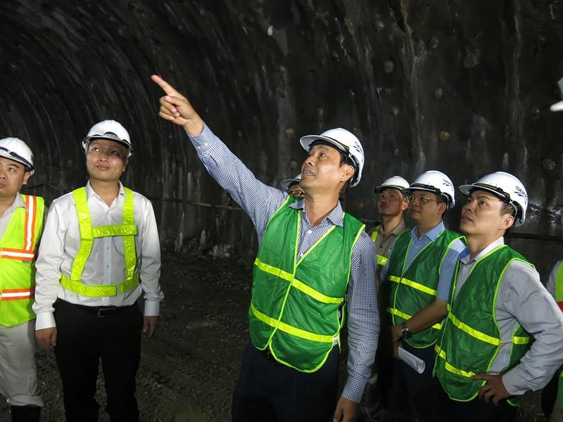 Bắt đầu kiểm tra vết nứt hầm Hải Vân - ảnh 3