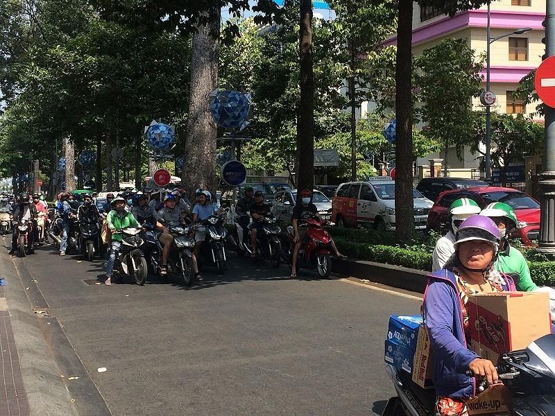 Người Sài Gòn chống chọi cái nắng đầu mùa - ảnh 1