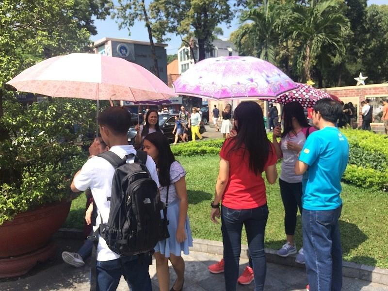 Người Sài Gòn chống chọi cái nắng đầu mùa - ảnh 2