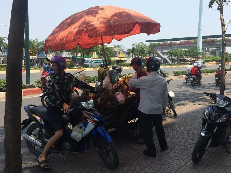 Sài Gòn nắng nóng, người đi đường mua nước giải nhiệt - ảnh 4