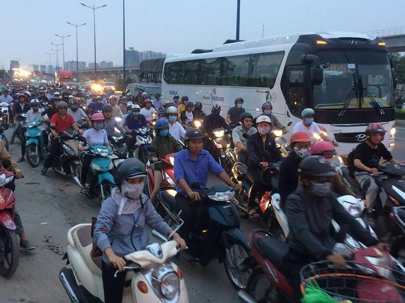 Xa lộ Hà Nội kẹt cứng, giao thông hỗn loạn - ảnh 4