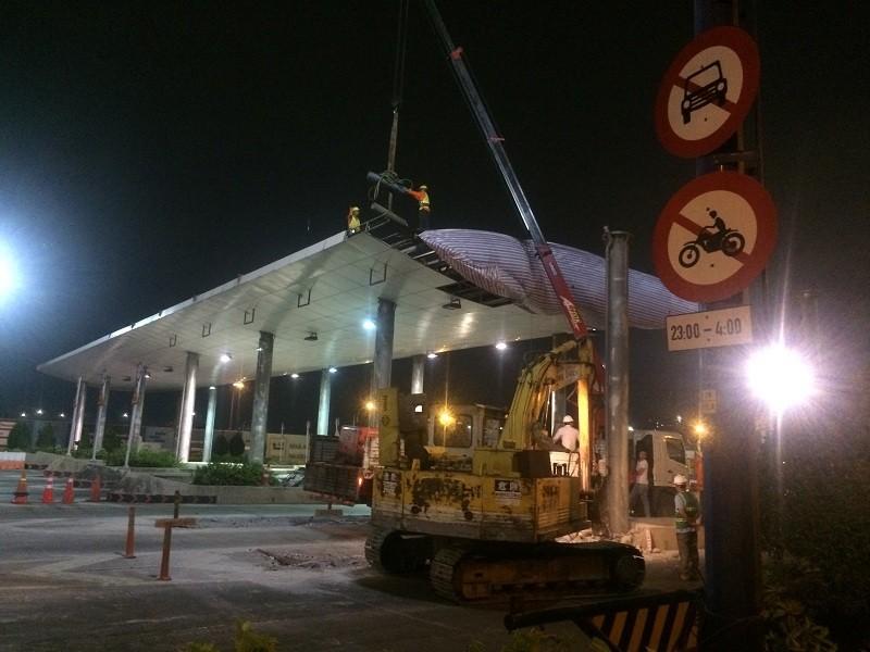 Trắng đêm tháo dỡ trạm thu phí hầm Thủ Thiêm - ảnh 1