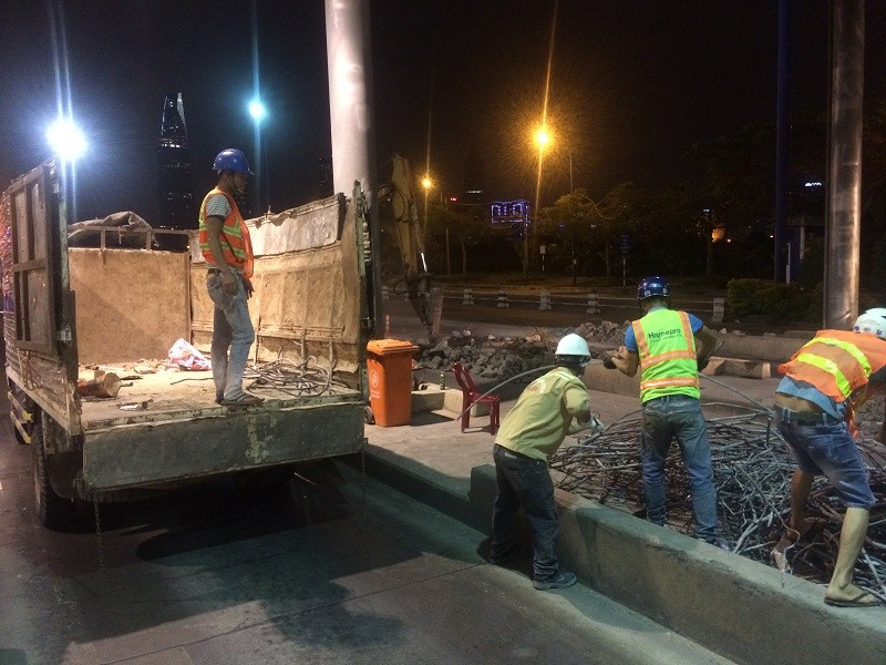 Trắng đêm tháo dỡ trạm thu phí hầm Thủ Thiêm - ảnh 4