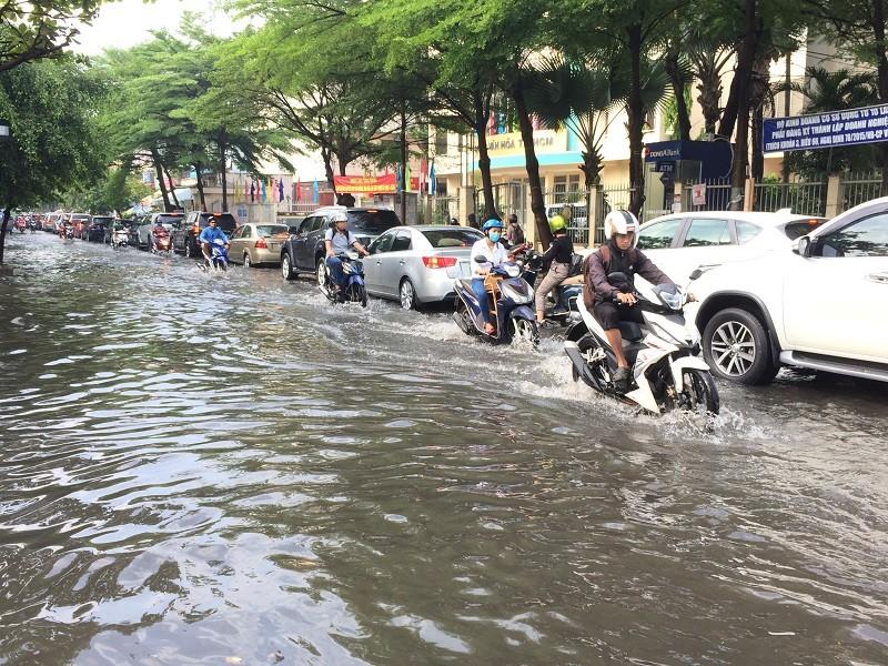 Sau mưa đêm, người Sài Gòn lội nước đi làm  - ảnh 1