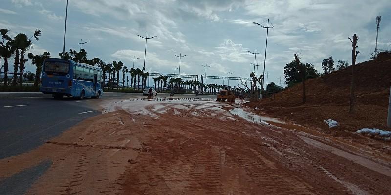 Đại lộ nhiều làn xe nhất Việt Nam ngập bùn sau mưa - ảnh 4