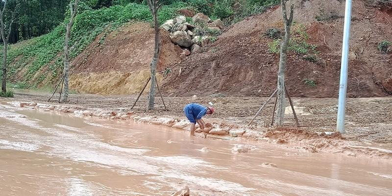 Đại lộ nhiều làn xe nhất Việt Nam ngập bùn sau mưa - ảnh 3