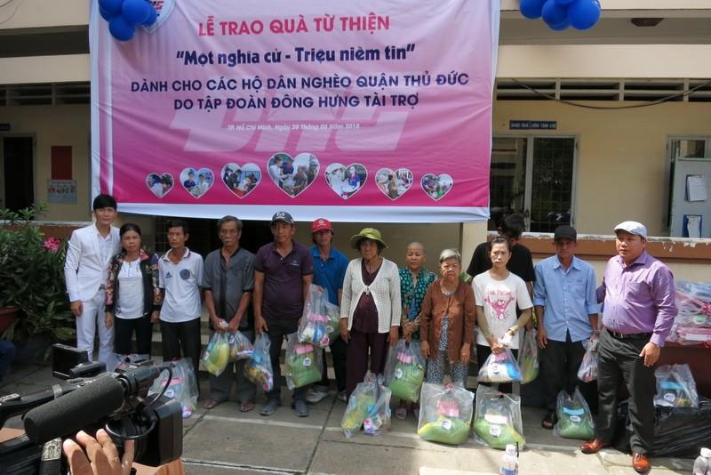 Đông Hưng Group trao 1.000 phần quà cho người nghèo - ảnh 1