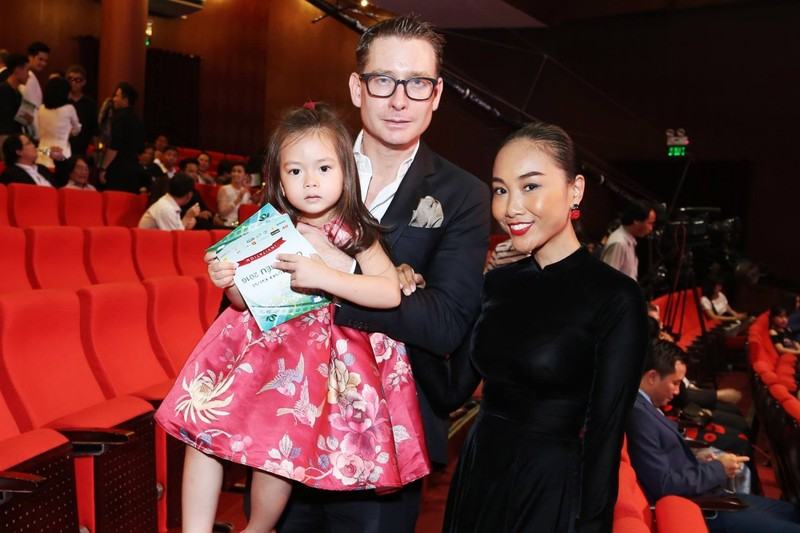 Gia đình Đoan Trang gây ấn tượng tại các thảm đỏ thời trang - ảnh 1