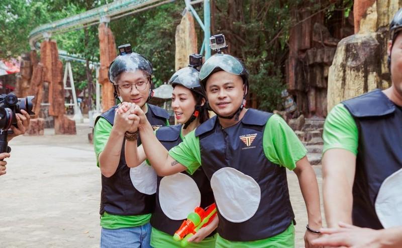 Thu Trang, Tiến Luật đua vào YouTube bằng đồ chơi súng nước - ảnh 2