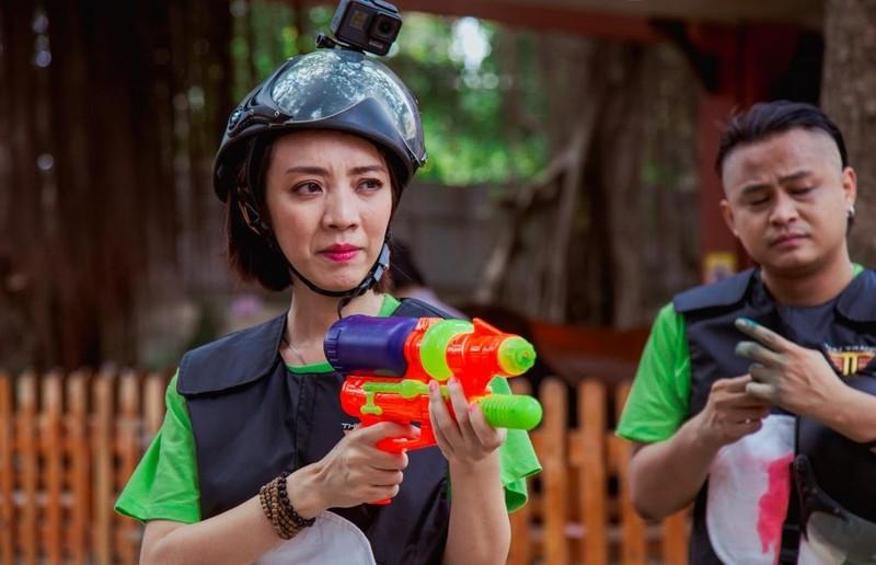 Thu Trang, Tiến Luật đua vào YouTube bằng đồ chơi súng nước - ảnh 4