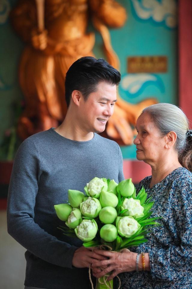 Ca sĩ Quang Dũng tặng chùa 15.000 album về mẹ nhân mùa Vu Lan - ảnh 1