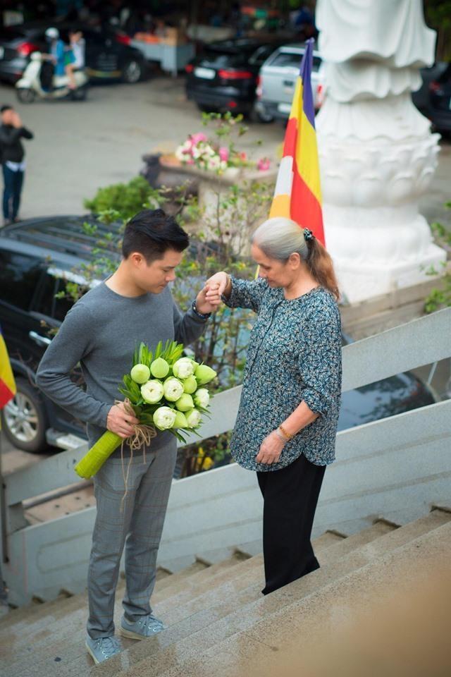 Ca sĩ Quang Dũng tặng chùa 15.000 album về mẹ nhân mùa Vu Lan - ảnh 2