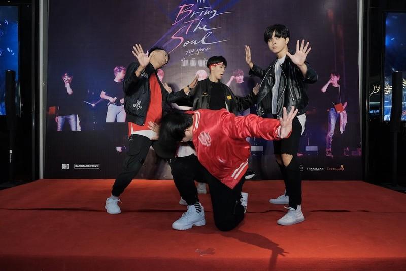 Bộ phim thứ 2 của nhóm BTS cạnh tranh với bom tấn Hollywood - ảnh 1
