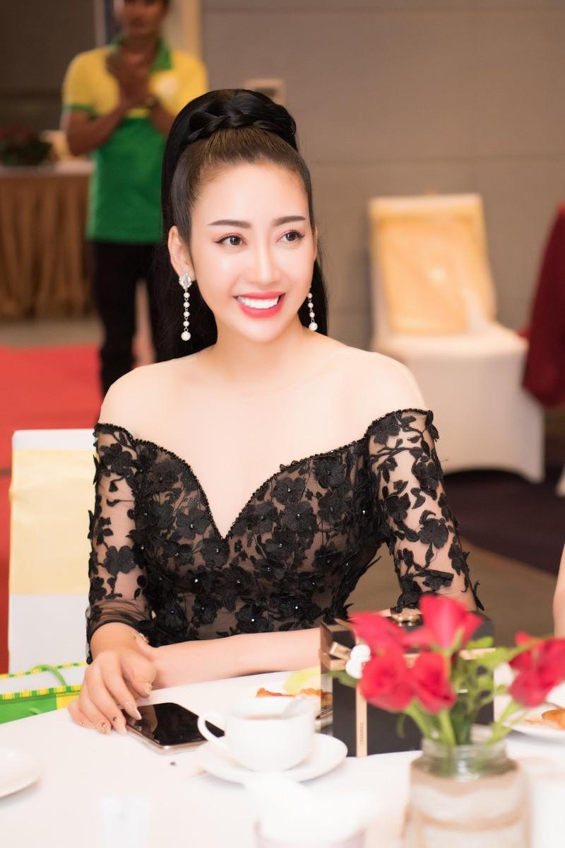 Hoa hậu, nhà thiết kế Nhật Phượng khoe vòng eo con kiến - ảnh 1