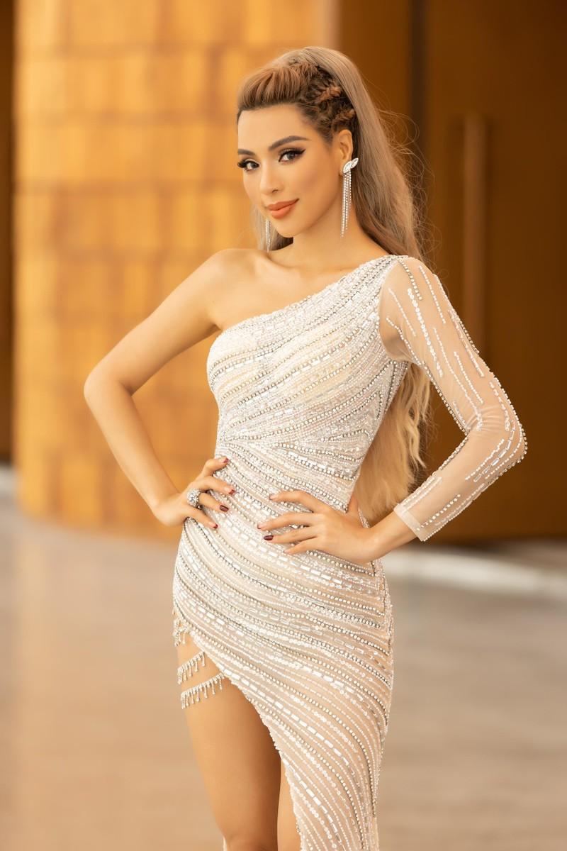 Ngắm siêu mẫu 'chân dài tới nách' Khả Trang khi diện váy xẻ tà - ảnh 2