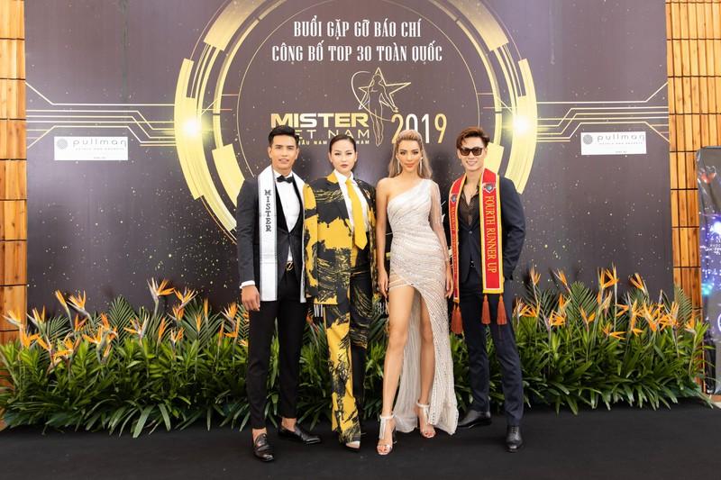 Ngắm siêu mẫu 'chân dài tới nách' Khả Trang khi diện váy xẻ tà - ảnh 3
