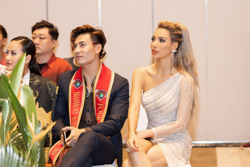 Ngắm siêu mẫu 'chân dài tới nách' Khả Trang khi diện váy xẻ tà - ảnh 4