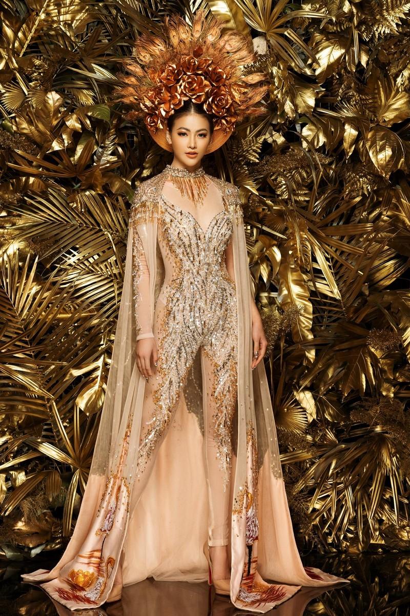 NTK Linh San khiến thế giới 'nể' với bộ quốc phục huyền thoại - ảnh 1