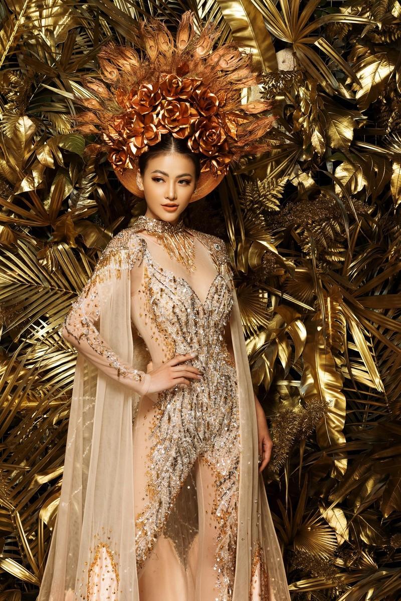 NTK Linh San khiến thế giới 'nể' với bộ quốc phục huyền thoại - ảnh 4