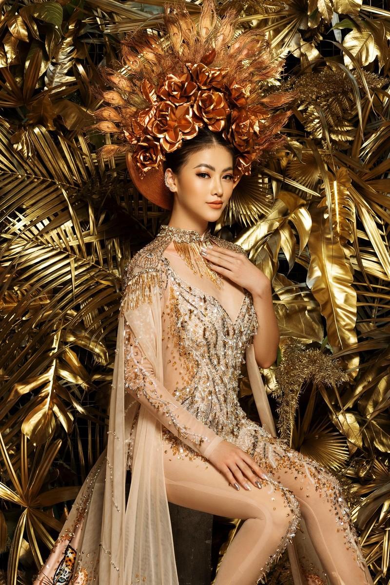 NTK Linh San khiến thế giới 'nể' với bộ quốc phục huyền thoại - ảnh 2