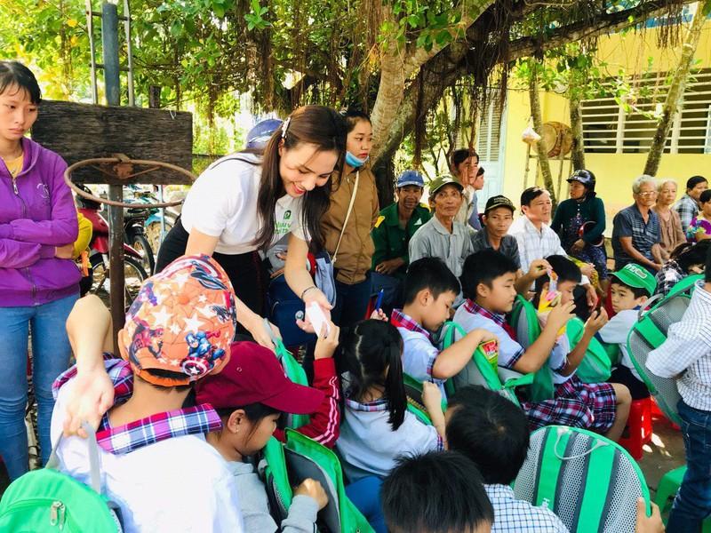 Hoa khôi và á khôi áo dài Việt Nam về miền Tây vui trung thu - ảnh 3