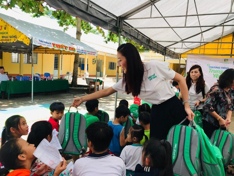 Hoa khôi và á khôi áo dài Việt Nam về miền Tây vui trung thu - ảnh 1