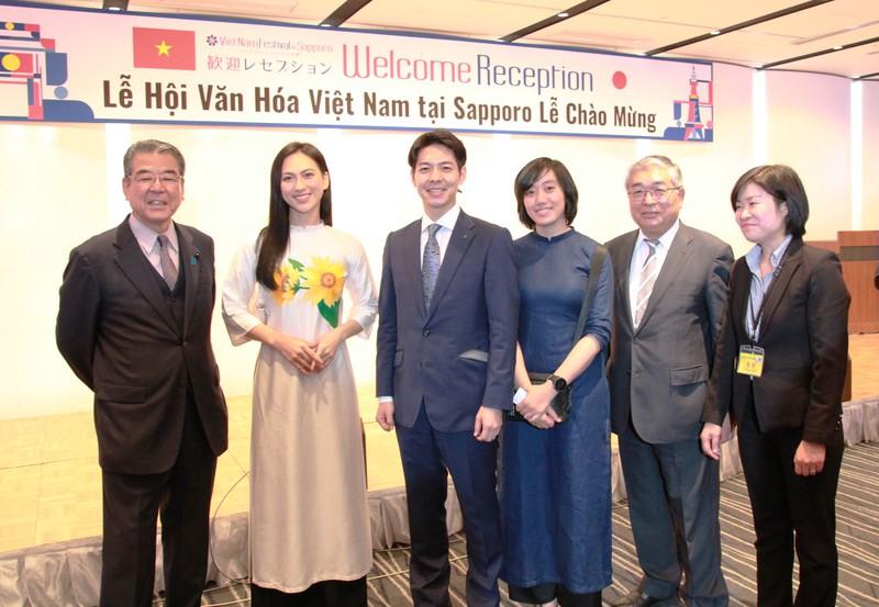 Phương Anh Đào trở thành 'fan' của thống đốc trẻ nhất Nhật Bản - ảnh 1