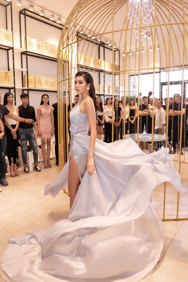 Hoa hậu Minh Tú sang chảnh trong váy xám casting người mẫu - ảnh 2
