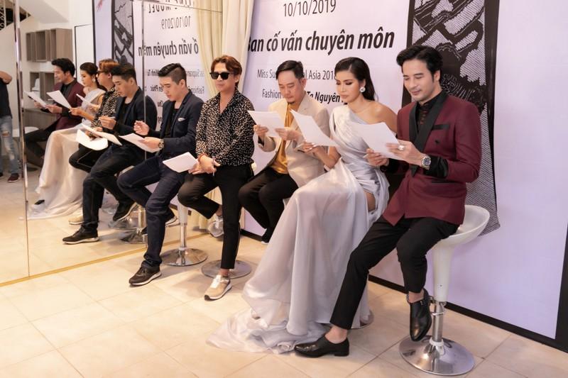 Hoa hậu Minh Tú sang chảnh trong váy xám casting người mẫu - ảnh 1