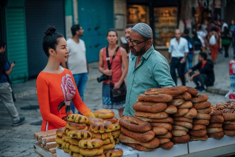 MC Thanh Mai khoe nhan sắc không tuổi với áo dài tại Israel - ảnh 3
