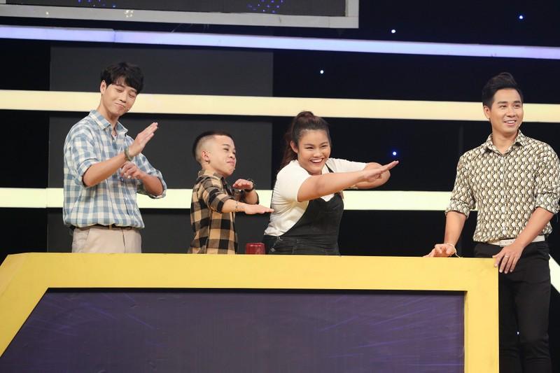 MC Nguyên Khang té xỉu vì màn tự giới thiệu của Xuân Tiến - ảnh 1
