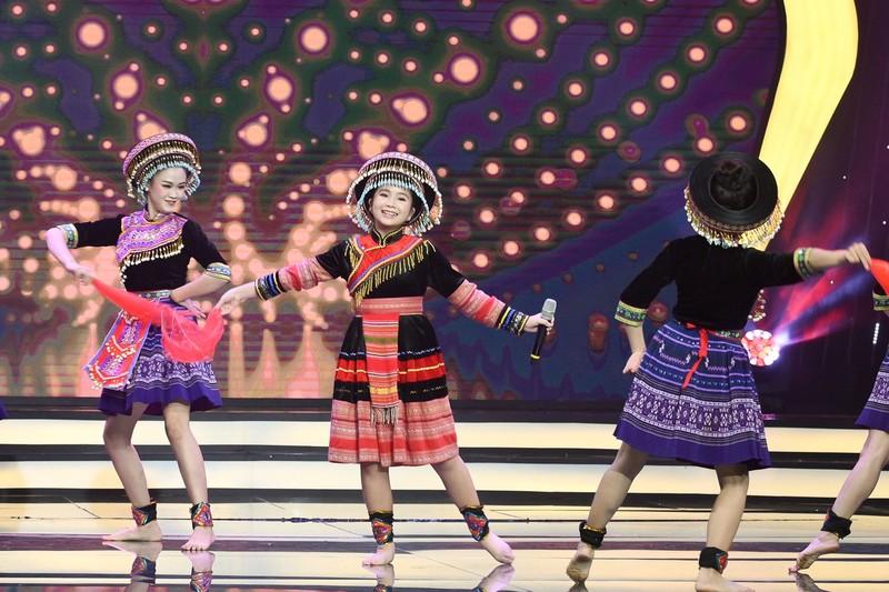 Võ Hạ Trâm bất ngờ với cô bé Hà Mi táo bạo hát dân ca quan họ - ảnh 4