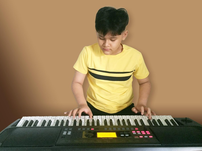 Sao nhí Hoàng Thiên Nga nói và hát 3 thứ tiếng, chơi 4 nhạc cụ - ảnh 6