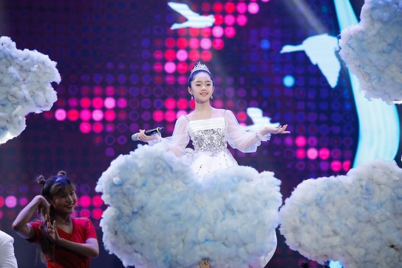 Sao nhí Hoàng Thiên Nga nói và hát 3 thứ tiếng, chơi 4 nhạc cụ - ảnh 7