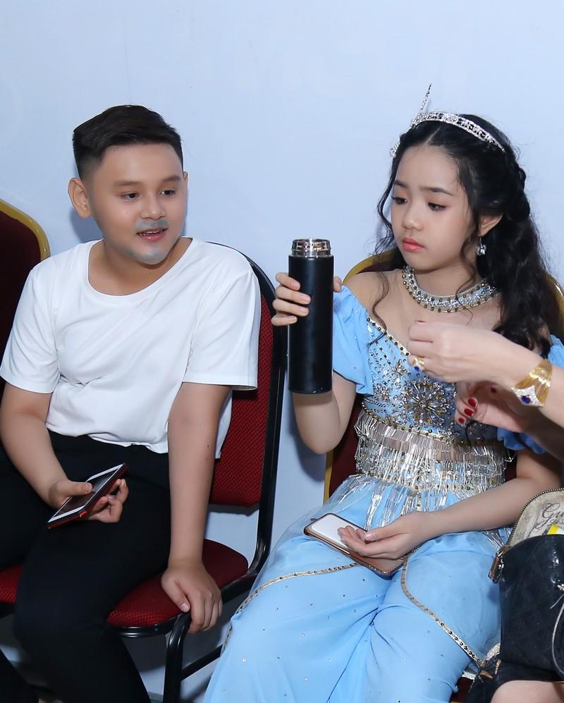 Sao nhí Hoàng Thiên Nga nói và hát 3 thứ tiếng, chơi 4 nhạc cụ - ảnh 4