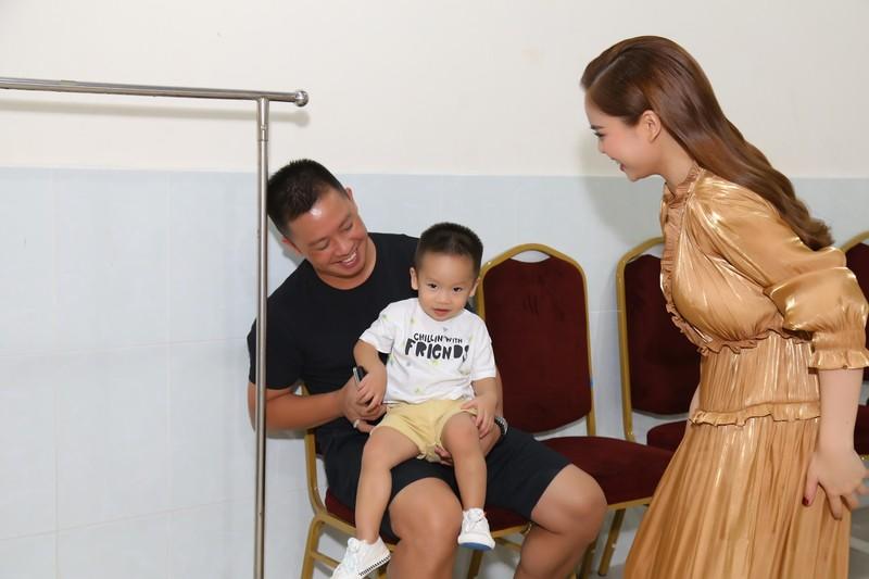 Giang Hồng Ngọc bế con trai, được chồng hộ tống đi quay hình  - ảnh 2