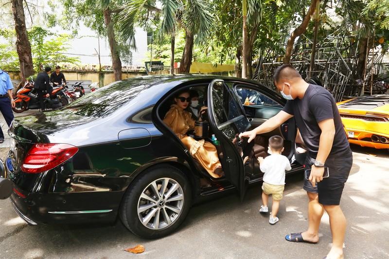 Giang Hồng Ngọc bế con trai, được chồng hộ tống đi quay hình  - ảnh 1