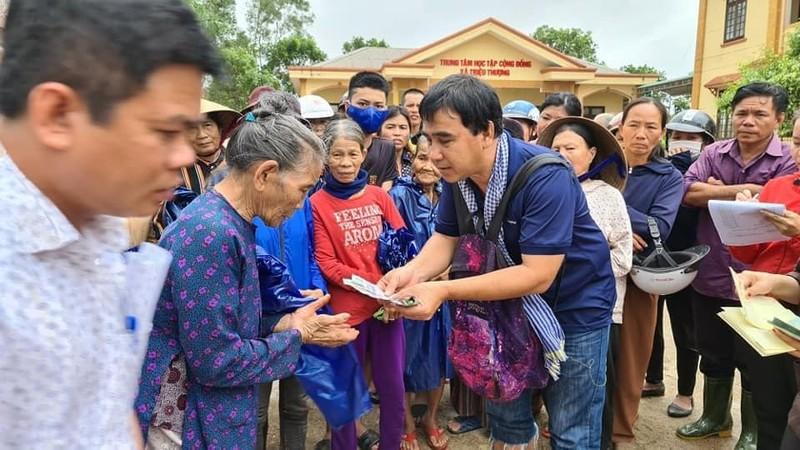 Quyền Linh xúc động khi hỗ trợ người dân miền Trung - ảnh 3