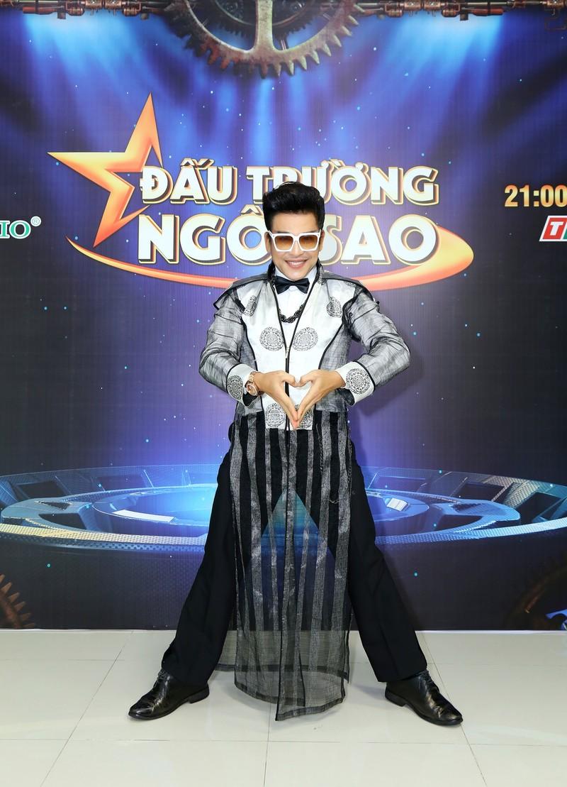 MC Thanh Bạch tự hào với quần áo 'quái dị' do mình thiết kế - ảnh 1