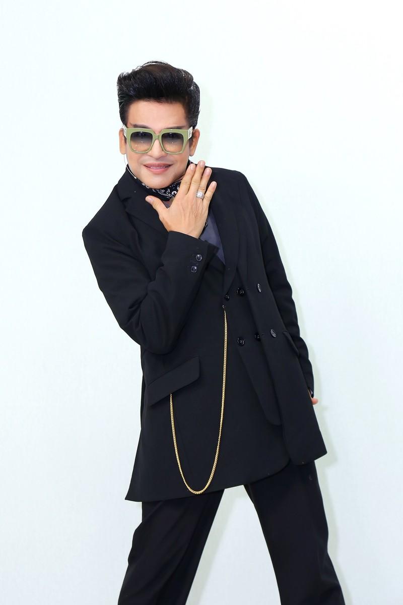 MC Thanh Bạch tự hào với quần áo 'quái dị' do mình thiết kế - ảnh 2